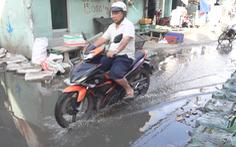 Video: Lấn chiếm kênh rạch làm nhà, nước thải tràn lên đường