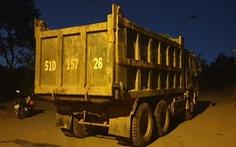 Người dân bắt quả tang xe đổ trộm rác thải trong khu dân cư