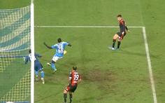 Trung vệ Koulibaly phản xạ 'như thủ môn', cứu thua cho Napoli