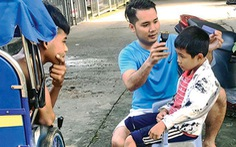 Trưởng công an xã dạy học không công, cắt tóc miễn phí cho trẻ em