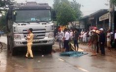 Băng qua đường trong cơn mưa, một phụ nữ bị xe ben cán chết