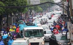 TP.HCM mưa từ đêm đến trưa, đường phố ùn ứ ngày đầu tuần