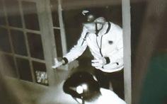Ngậm sẵn dao trên miệng khi phá cửa vào nhà dân trộm hai xe máy