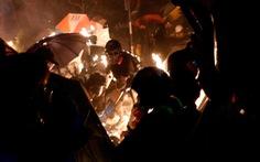 Đêm 'chiến địa' khói lửa đại học Hong Kong