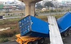Dầm cầu bêtông rơi đè bẹp xe container đang chạy trên đường