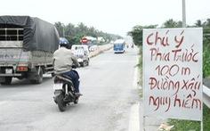 Dân tự làm biển báo cảnh báo tai nạn ở đường dẫn cầu Cổ Chiên