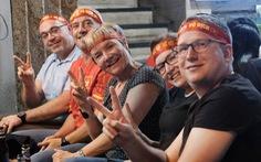 Du khách nước ngoài chung vui với chiến thắng của tuyển Việt Nam