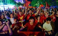 Phố đi bộ Nguyễn Huệ và Nhà Văn hóa Thanh Niên trực tiếp trận Việt Nam - UAE