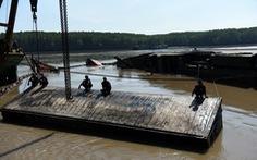 Trục vớt tàu chìm tại Cần Giờ phát hiện nhiều container rách bươm