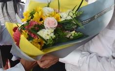 Ngày nhà giáo, bạn tặng thầy cô hoa hay phong bì?