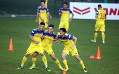 Tuyển Việt Nam vui đùa trong bài tập tranh chấp chờ đấu với Thái Lan