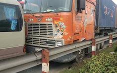 Video: Container đổ dốc cầu đâm vào xe khách 29 chỗ