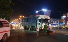 Dừng đèn đỏ bị xe tải tông, vợ chết, chồng bị thương