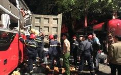 Hàng chục cảnh sát nỗ lực cứu 3 người bị kẹt trong xe khách