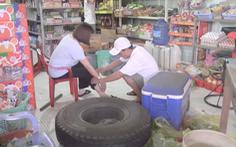 Video: Xe tải nổ lốp, bánh xe sau văng khỏi trục lao vào quán tạp hóa