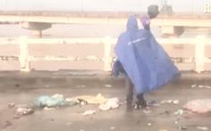 Video: Ném rác xuống sông cho nước lũ cuốn trôi