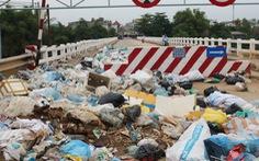 Bãi rác trên cầu nhiều tháng không ai dọn, dân xử lý bằng cách vứt xuống sông