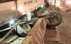 Video: Xe tải nổ lốp, húc văng cột biển báo, trượt dài trên quốc lộ