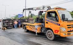 Xe khách nghi vượt ẩu ép lật xe tải trên quốc lộ 1