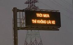 Tài xế ngạc nhiên với bảng điện tử cao tốc khuyến cáo 'trời mưa thì không lái xe'