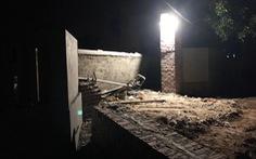 Mái cổng nhà đang xây bị sập, 2 người thiệt mạng