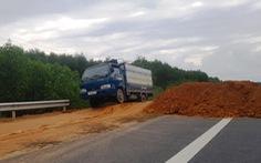 Đổ đất để ngăn xe chạy 'chui' trên cao tốc La Sơn - Túy Loan
