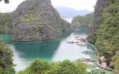 Leo núi để... tắm hồ giữa đảo Coron