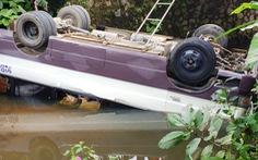 Tránh xe trên cầu không lan can, xe khách mất lái lao thẳng xuống kênh