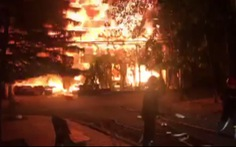 Video: Quán bar cháy lớn, khách tháo chạy thoát thân