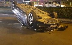 Xe hơi tự tông dải phân cách, 'phơi bụng' giữa đường Điện Biên Phủ