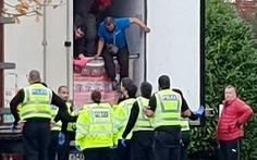 Cảnh sát Anh bắt một xe tải chở 10 di dân lậu, có 1 em bé