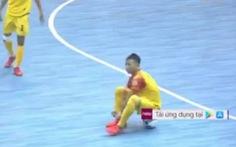 Đang thi đấu, quả bóng vàng futsal Việt Nam ngồi trên bóng buộc giày câu giờ lộ liễu