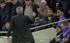 HLV Mourinho cảm ơn 'pha kiến tạo' của cậu bé nhặt bóng giúp Tottenham gỡ hòa