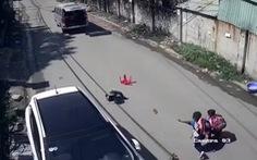 3 học sinh lớp 1 rớt khỏi xe đưa rước đang chạy