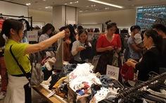 Sài Gòn ngày Black Friday: xếp hàng dài trả tiền, loay hoay tìm bãi xe