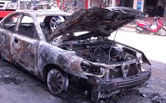 Video: Ôtô 4 chỗ bốc cháy dữ dội sau khi chết máy giữa đường