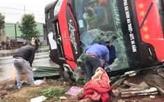 Video:  Xe khách lật, người dân dùng búa đập kính cứu người