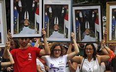 Pháp lúng túng xử phạt những người trộm áp phích in hình tổng thống Macron
