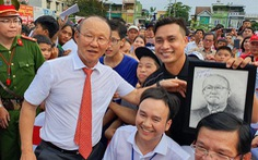 Ông Park gia hạn hợp đồng, CĐV hài hước nói: 'Lại sắp được ăn lẩu Thái thêm vài năm'