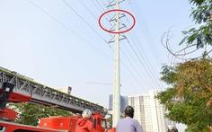 Cảnh sát đưa xe thang và đệm hơi ứng cứu thanh niên 'cố thủ' trên cột điện cao thế
