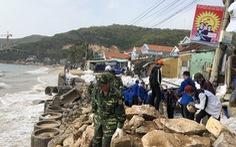 Thanh niên, bộ đội giúp dân dọn rác, vác đá 'vá' bờ kè bị bão đánh sập