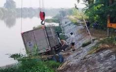 Người chăn vịt bị xe tải tông chết ngay kênh nước