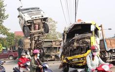 Clip xe ben bị xe tải húc lật 'chổng vó' giữa ngã tư