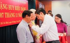 12 đảng viên khối Dân - Chính - Đảng TP.HCM nhận huy hiệu