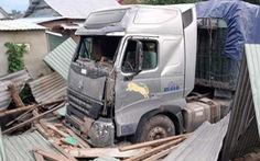 Xe container lao vào nhà trong đêm, nhà đổ sập dưới bánh xe, 3 người thoát chết