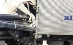 Tài xế thoát chết khi xe tải tông xe rơ-mooc bẹp dúm cabin