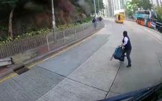 Học sinh tiểu học Hong Kong rơi xuống đường khi xe đưa rước đang chạy