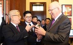 Hộp đất đặc biệt thượng tướng Nguyễn Chí Vịnh tặng thượng nghị sĩ Mỹ