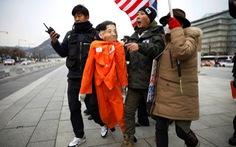 Người biểu tình Hàn Quốc 'hành hạ' hình nộm đại sứ Mỹ