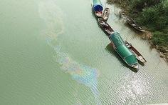 Ngăn chặn kịp thời vệt dầu loang trên sông Lam để cấp nước sạch cho TP Vinh
